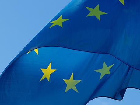 Die EU bietet das Erasmus-Programm für Auslandsaufenthalte an.