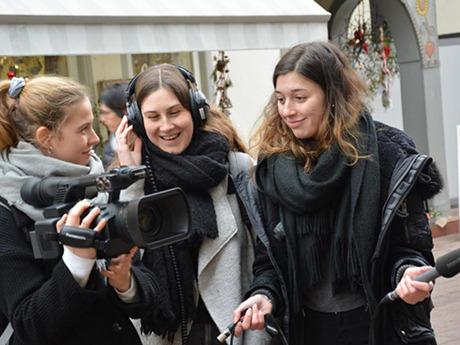 Onlinejournalismus-Studierende auf einem Videodreh für eine Lehrveranstaltung