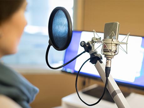 Studierende nehmen eine Radiosendung auf.