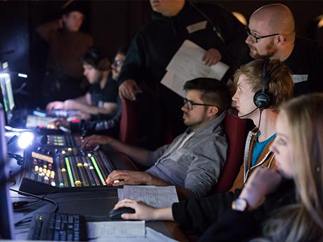 Studierende arbeiten im TV-Studio an einer Sendung.